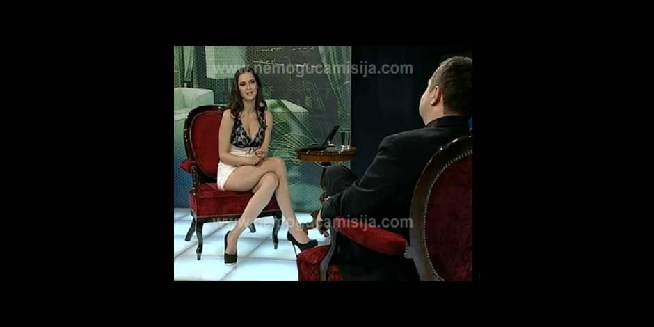 sans culotte elle carte les cuisses devant le premier ministre la dh. Black Bedroom Furniture Sets. Home Design Ideas