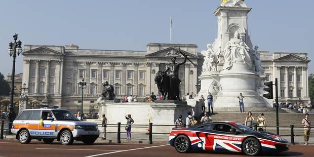 Le prince Andrew interpellé par la police dans les jardins du palais de Buckingham - La DH