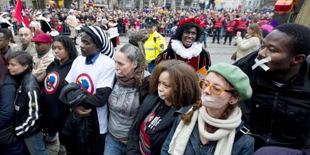 Des manifestants , tournent le dos à Saint-Nicolas et au Père Fouettard à Amsterdam - La DH