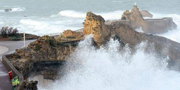 Drame à Biarritz: la vidéo choc de la vague qui a emporté les promeneurs - La DH