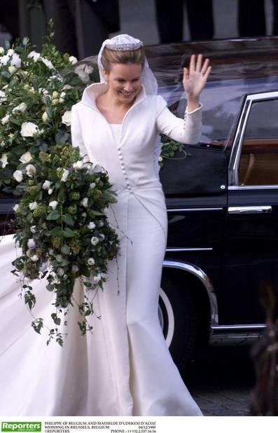Lors de son mariage en décembre 1999, Mathilde portrait une robe créée spécialement par Édouard Vermeulen. Avec ses longues manches, son col droit et son incroyable traîne de cinq mètres de long, cette sublime robe est restée gravée dans les mémoires