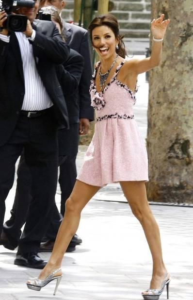 Eva Longoria portait une robe courte Chanel Haute-Couture pour son mariage civil avec Tony Parker. L'occasion de mettre en valeur ses belles gambettes rehaussées par des escarpins brillants.