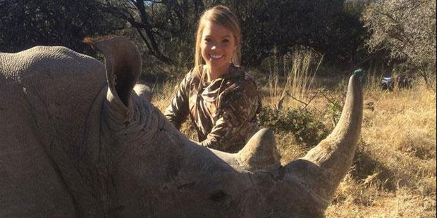 Tollé sur Facebook: elle se prend en photo avec des animaux morts - La DH