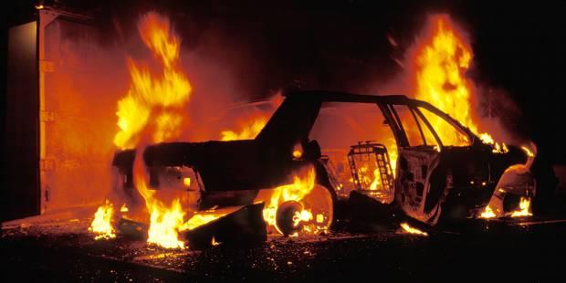 Il boute le feu à treize voitures ! - La DH