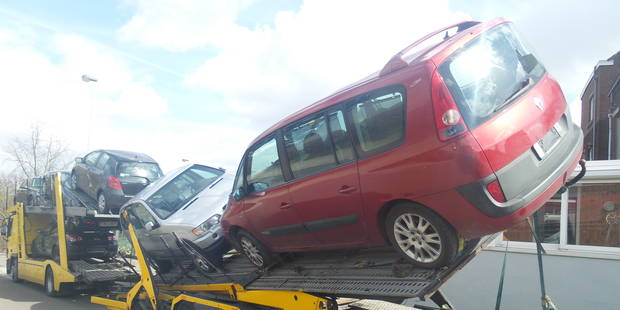 Couillet: un transporteur de voitures mal embarqué - La DH