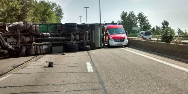 Forchies-la-Marche : un camion-poubelle se renverse sur le R3 - La DH