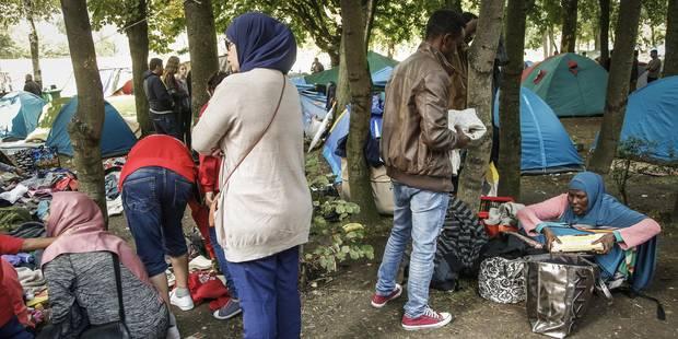 Plus de 700 demandeurs d'asile devant l'Office des étrangers - La DH