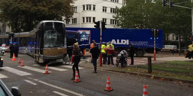 Gros crash entre un tram de la Stib et un camion à Forest - La DH
