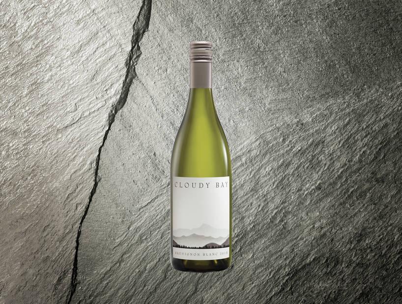 UNE BOUTEILLE DE VIN. En 1985, Cloudy Bay a lancé son premier sauvignon blanc. Trente ans plus tard, elle sort une bouteille de très bonne fécture avec ce goût minéral et vert inimitable du bon Sauvignon.