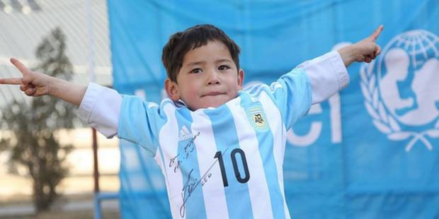 Le petit garçon afghan a reçu deux maillots signés de Lionel Messi - La DH