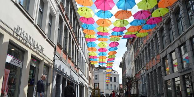 Un ciel de parapluies colorés dans le piétonnier de Tournai - La DH
