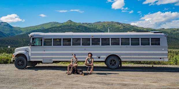 Ils transforment un bus scolaire en maison pour voyager - La DH