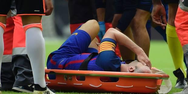 """Victime d'un violent tacle, Iniesta sort sur civière et souffre d'une """"blessure grave"""" (VIDEO) - La DH"""