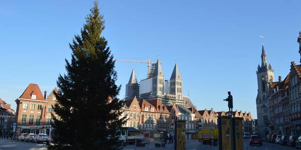 Le sapin de Noël trône sur la Grand'Place de Tournai - La DH
