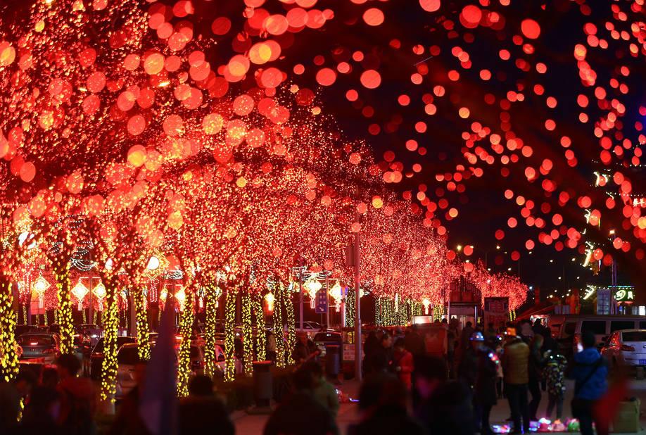 Les traditions sont bien ancrées en CHine et Tianjin ne fait pas exception : en février, dans la vieille ville de Yangliuqing à Tianjin. Le festival des Lanternes marque le début du printemps et le dernier jour du nouvel an lunaire chinois.