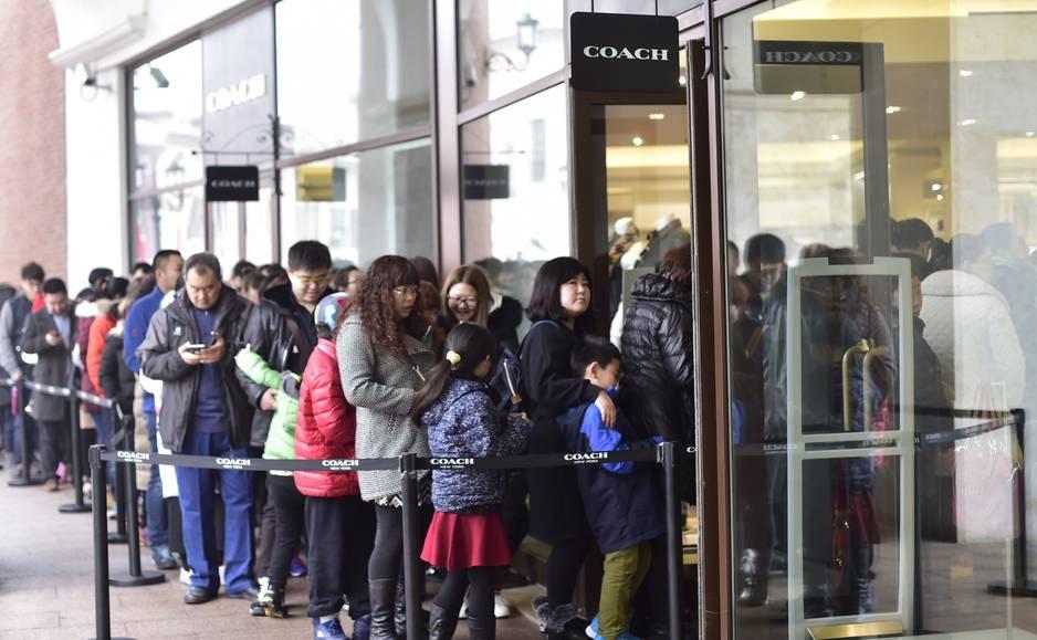 Le shopping, les Chinois adorent et à Tianjin, il y a au moins 50 grands centres commerciaux ! Quand les vacances arrivent, les boutiques sont prises d'assaut, comme ici au Florentia Shopping.