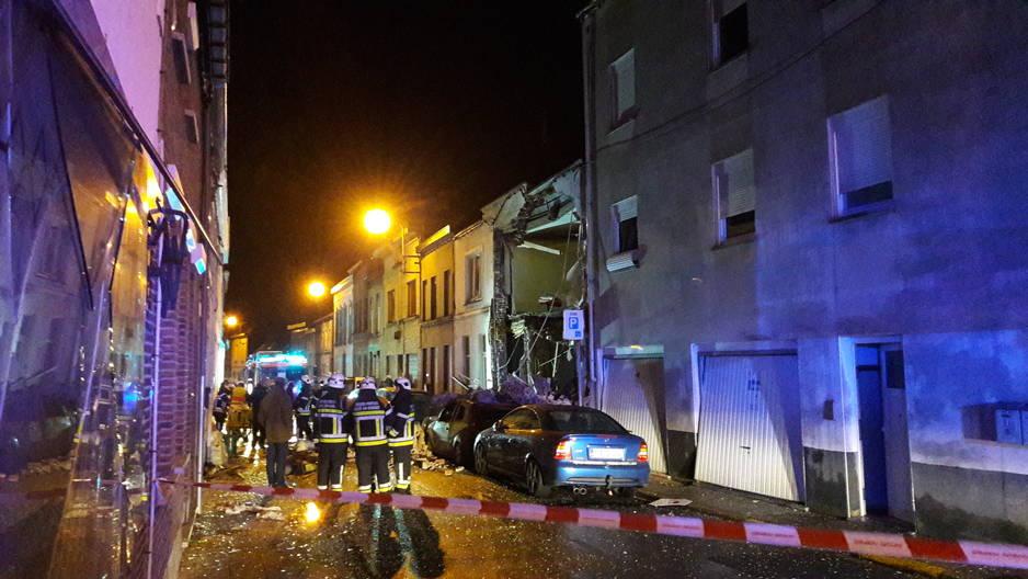 Une explosion de gaz a littéralement soufflé une maison de la rue de la Bonneterie à Leuze-en-Hainaut, mardi matin. L'occupante des lieux a été très grièvement brûlée. Une proche habitation a également subi des dégâts importants.