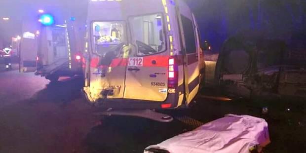 Deux ambulanciers et un policier blessés lors d'une intervention sur l'E42 - La DH