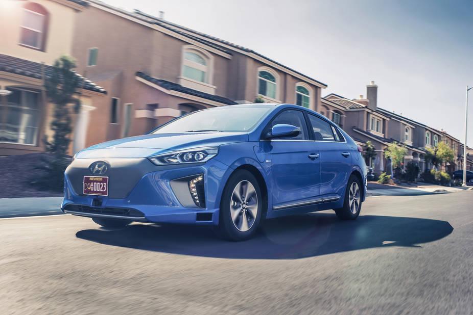 Hyundai  Hyundai est à la page et son Ioniq électrique autonome a fait sensation dernièrement. À Bruxelles, vous pourrez découvrir la version 100 % électrique mais aussi l'hybride, sachant que l'hybride rechargeable est pour bientôt. Pour le reste, ne manquez pas la petite i10 restylée et la toute nouvelle i30, une coréenne qui a tout d'une européenne pure souche. Normal, le nouveau bureau de design se trouve à Rüsselsheim, en Allemagne.