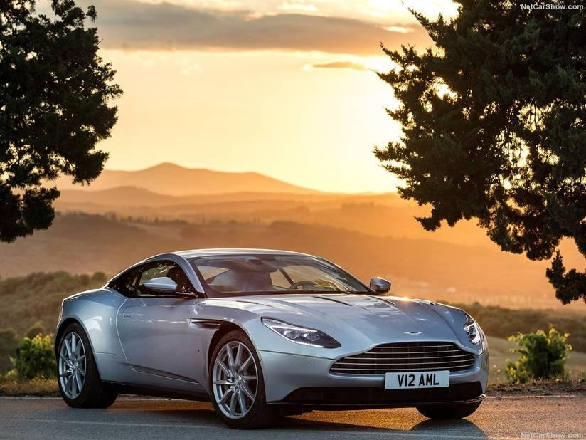 Aston Martin  La DB11 (ici en version Lightning Silver), faite d'aluminium et de magnésium, est l'Aston Martin la plus extrême jamais construite par la marque. On sait que James Bond s'est fait la main sur les protos (DB 10) ! Son V12 émet un son rauque et puissant : normal avec 5,5 l 12 cylindres en V développant plus de 600 ch...