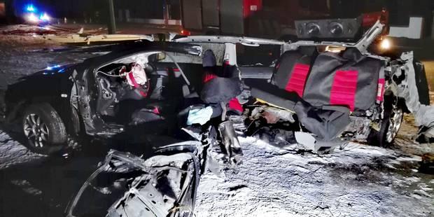 Terrible accident à Hotton: Il heurte un poteau, sa voiture coupée en deux - La DH