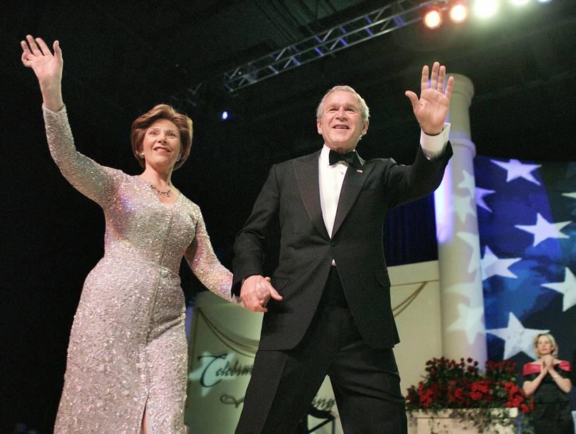 Le 20 janvier 2005, Laura Bush apparaissait au bras de son mari George W. Bush dans une robe scintillante.