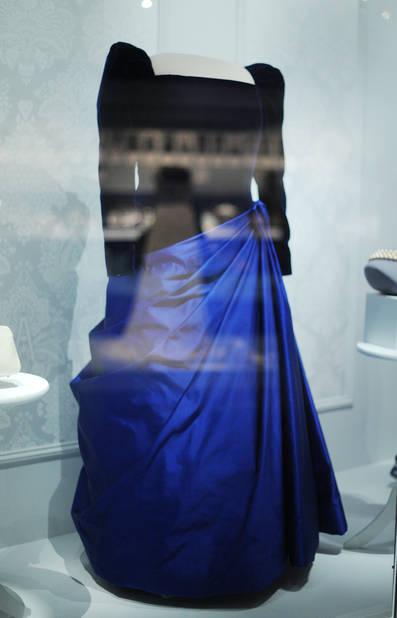 Le 20 janvier 2001, Barbara Bush, la femme de George H. W. Bush, faisait son entrée dans une robe bleu roi, sa couleur préférée.