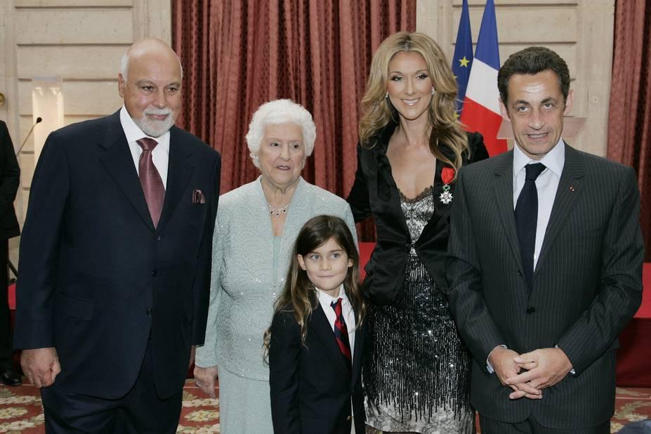 En 2008, Céline Dion est à Paris pour recevoir la Légion d'honneur. Son mari, son fils et sa maman l'accompagnent.