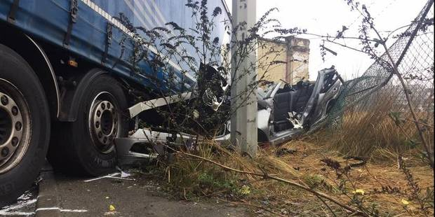 Accident mortel à Neder-Over-Heembeek: le conducteur d'une Mercedes s'encastre sous une remorque - La DH