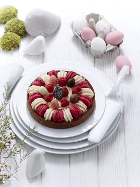 Le dessert de Pâques, c'est tout vu c'est chez  Eric De Kayser. La tarte pascale c'est un gâteau choco-framboise à base de pâte sablée au chocolat, d'une ganache montée au chocolat, d'une ganache montée à la vanille, de macarons à la framboise, de framboises fraiches et d'œufs en chocolat. Aaaargh...      36 euros pour 6 personnes, 5 euros pour 1 personne. En vente du 14 au 17 avril.