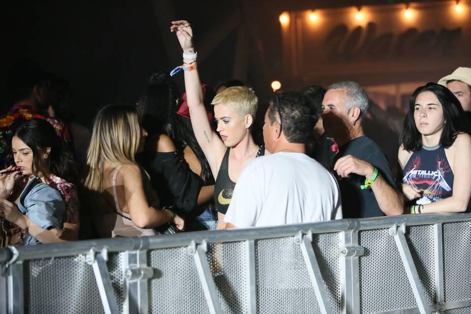 Katy Perry, au milieu de la foule, en brassière de sport.