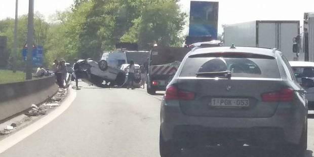 Accident sur la E19 à Nimy: Une voiture sur le toit - La DH