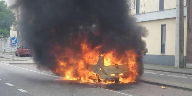 Marchienne-au-Pont: une voiture s'enflamme sur la RN90 (PHOTOS) - La DH