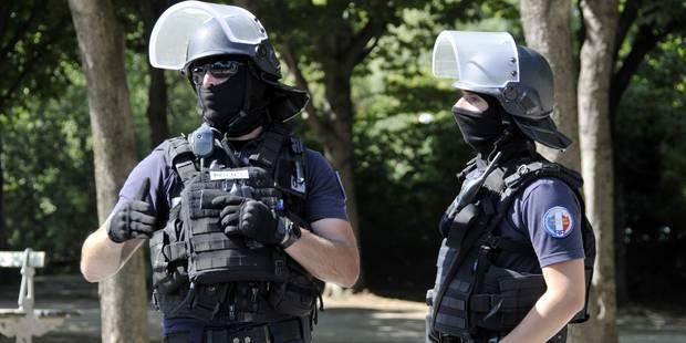 Le prenant pour un terroriste, un policier français désarme... un autre policier - La DH