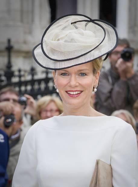 2012. Ce petit chapeau paraît comme dessiné sur la princesse Mathilde, il est signé Fabienne Delvigne.