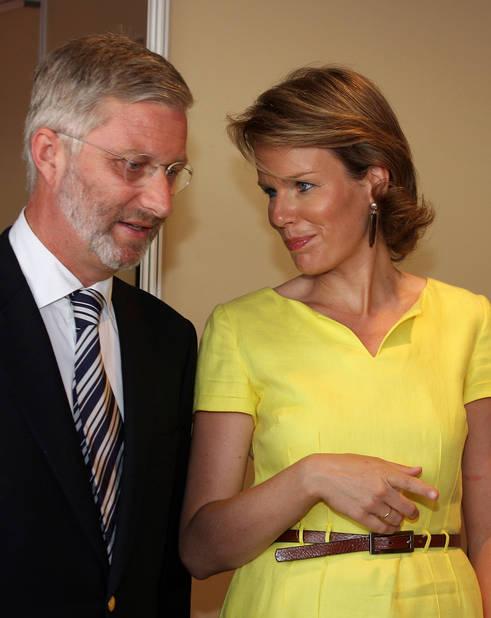 2010. Cette année-là, c'est la barbe bien taillée du prince qui avait fait parler.... La princesse porte une robe jaune d'or toute simple qui met son teint bronzé en valeur.