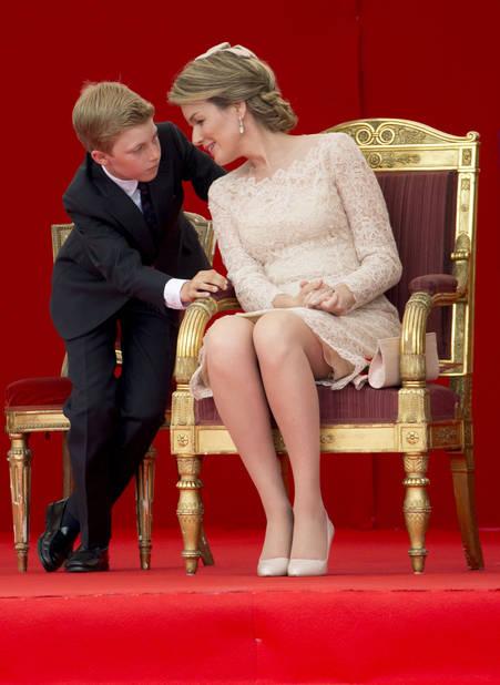 C'était en 2016. La reine Mathilde porte une robe rose pâle en dentelle signée Natan. La coiffe est de Fabienne Delvigne.