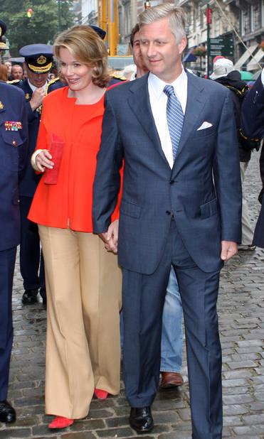 2008. Premier et seul pantalon en 10 ans de fête nationale pour Mathilde. La princesse visite avec le prince Philippe les stands d'information de la Défense nationale.