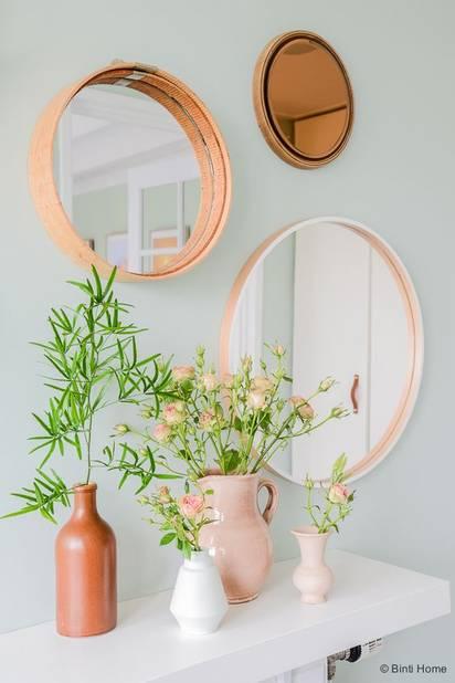 Des miroirs multiples pour habiller un mur vierge.