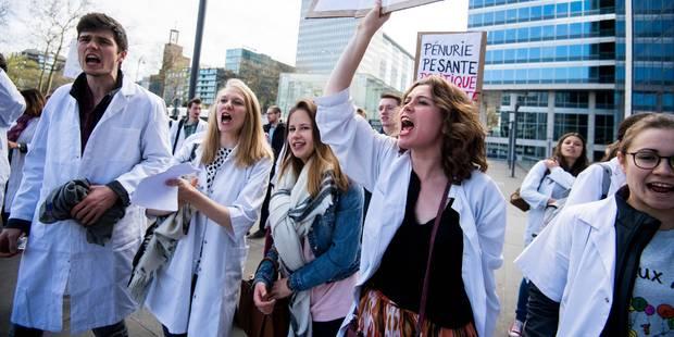 Des dizaines d'étudiants manifestent au siège de la Fédération Wallonie-Bruxelles - La DH