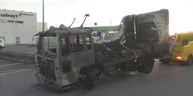 Deux véhicules en feu à Gilly - La DH
