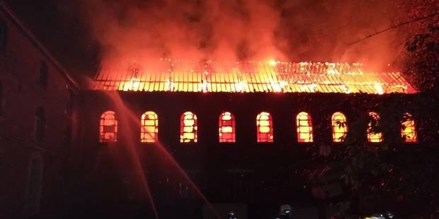 Une ancienne école de Leuze ravagée par les flammes! - La DH
