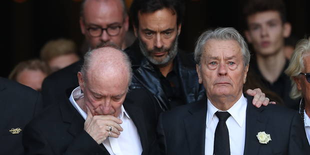 Aux funérailles de Mireille Darc, Alain Delon et Pascal Desprez se sont soutenus l'un l'autre - La DH