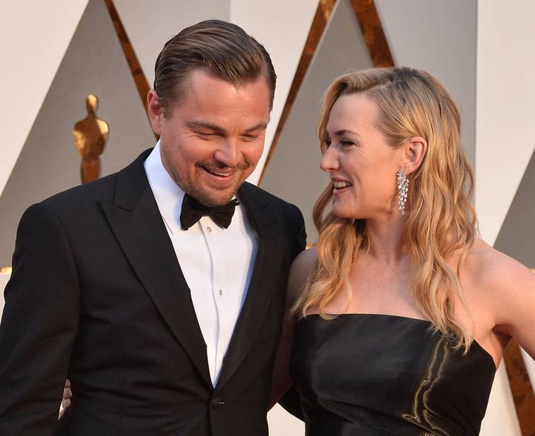 En 2016, lors des Academy Awards, avec Leonardo DiCaprio. Les deux acteurs, propulsés par le film Titanic, sont toujours restés très proches. Il lui aurait d'ailleurs offert une bague en signe de leur amitié, qu'elle ne quitterait jamais et qui se trouverait à côté de son alliance. Le secret de leur longue amitié ? Ils n'ont jamais été amants.