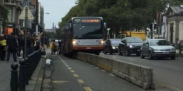 Anderlecht: Un bus coincé après avoir grimpé sur une barrière en béton - La DH