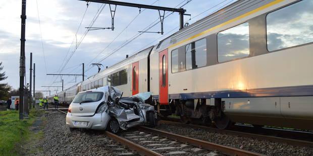 Terrible accident à Havinnes: Une voiture détruite par un train - La DH
