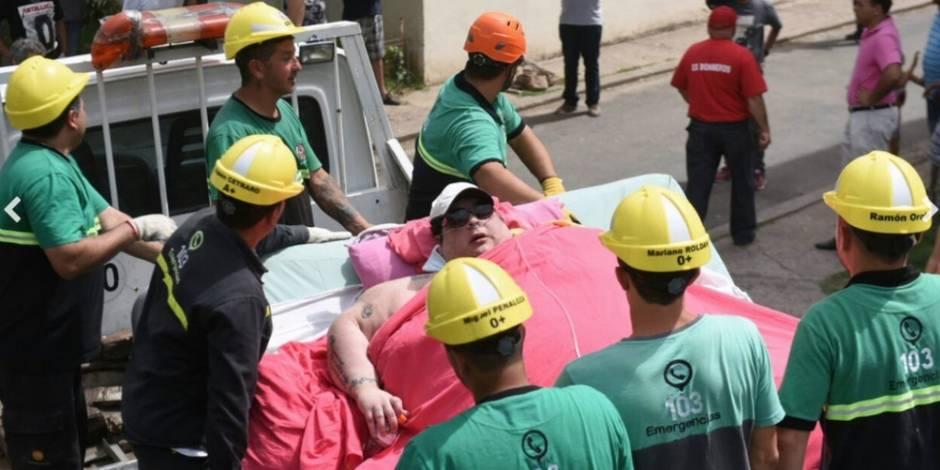 Les pompiers abattent un mur pour sauver une femme de 490 kilos