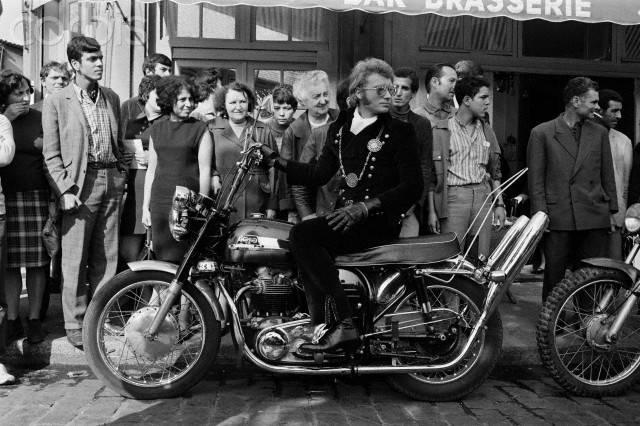 1967. Johnny enfourche une moto Triumph dans le film À tout casser. Une dégaine de biker qui rappelle Marlon Brando, qu'il admire, dans L'Équipée sauvage.