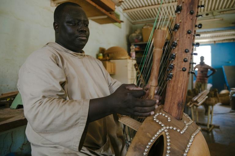Le frère Marie Firmin joue de la kora dans l'atelier de l'abbaye de Keur Moussa, au Sénégal, le 19 mai 2021