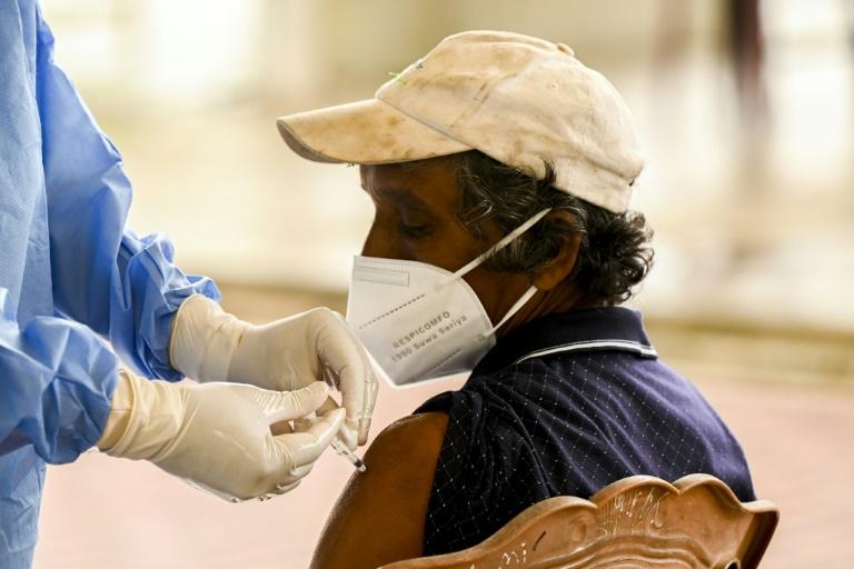 Un homme se fait vacciner contre le Covid-19 à Colombo, le 21 septembre 2021 au Sri Lanka